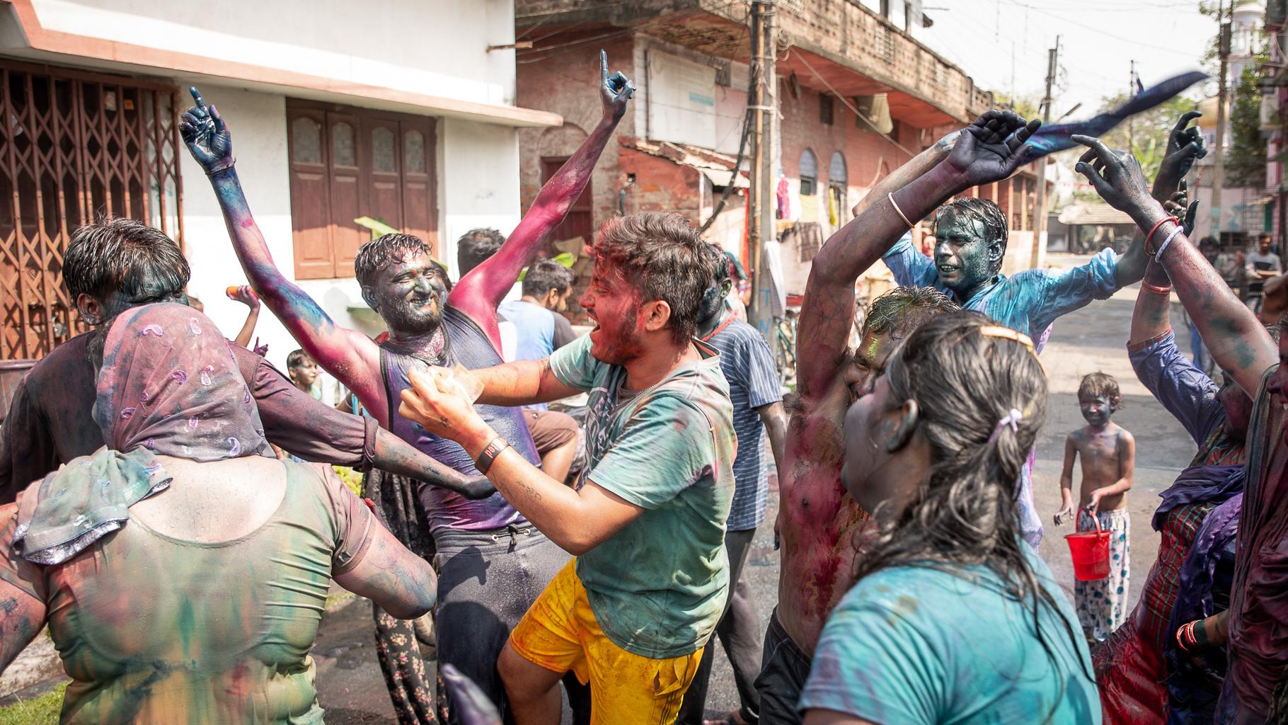 Holi in Indien auf der Straße